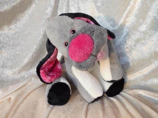 Grauer Hund Kuscheltier frecher Junge Schlenkerhund grau rosa weiß Geburt Taufe rausgestreckte Zunge handgemacht