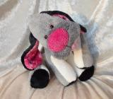 Grauer Hund Kuscheltier frecher Junge Schlenkerhund grau rosa weiß Geburt Taufe rausgestreckte Zunge handgemacht - Berlin