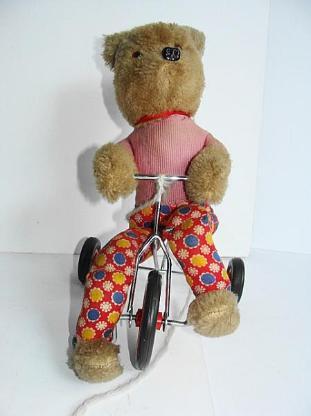 Bär auf einem Dreirad