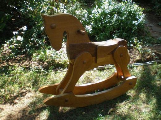 Dekoratives Schaukelpferd aus Holz
