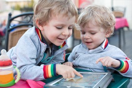 Bild Kinder spielen mit iPad