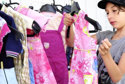 Bild Nachbarschaftshandel - Kindermode auf dem Flohmarkt