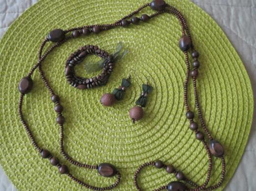 Set (Kette, Ohrringe und Armband), neu, oliv