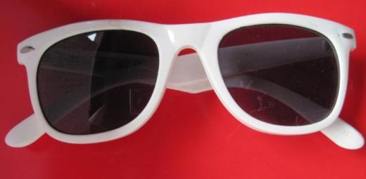 Sonnenbrille der 50-er Jahre, weiss, Gläser: flieder, unbenutzt
