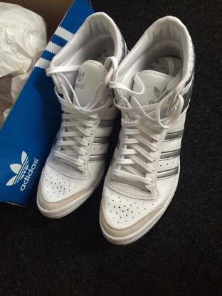 Gr. 8 1/2: 1 Paar weiß/silbermetallicfarbene Turn-Schuhe, Adidas, nur 1x getragen. Top Ten Hi Sleek Up W