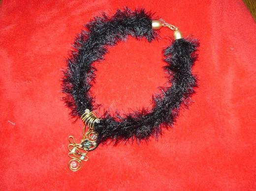 Halsband oder Kette mit schön gearbeitetem Anhänger