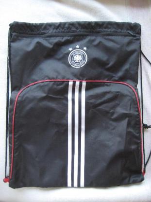 Neuer Schuhsack / Sportbeutel in Schwarz von ADIDAS im Design des Deutschen Fußball-Bundes / DFB; 100 % original und unbenutzt; zusätzliches Fach mit Reißverschluss für Socken, Schlüssel, oder ähnliches; 7 €