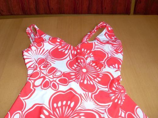 NEU : femininer Damen Badeanzug rot/weiß Gr. 40 - Plattling