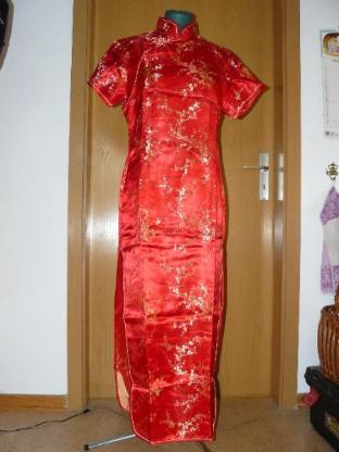 Rotes Kleid im China - Look
