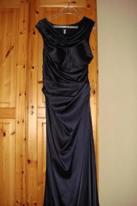dunkelblaues Abendkleid  mit passenden Pumps
