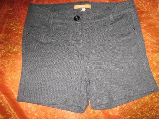NEU mit Etikett* Sexy Knackpo* Strech- Short Hotpants ''Crisca by Escada'' Größe 38- 40/ S-M, grau*