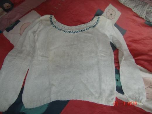Weißer Baumwollpulli m. rundem Ausschnitt - Handarbeit.