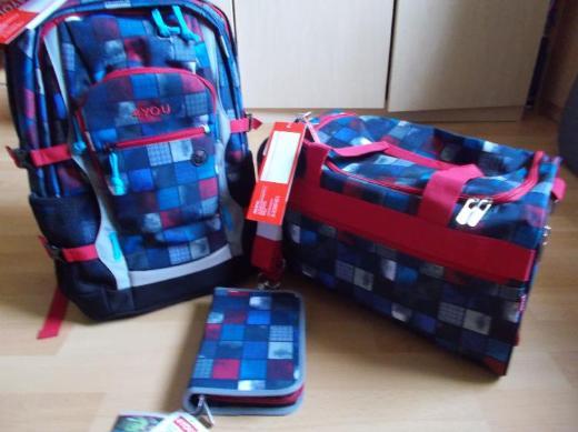 3 Teiliges 4 You Jump Schulrucksack Set Squares Blue , Red Neu noch mit Etiketten!