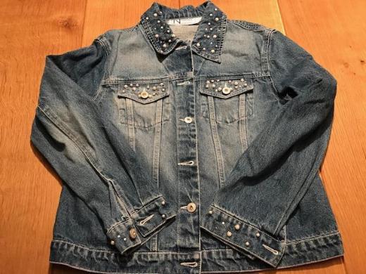 Jeansjacke mit Nieten und Perlen