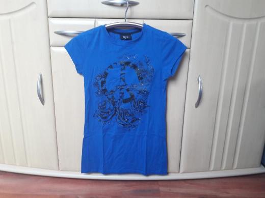 T-Shirts in verschiedenen Farben und Motiven