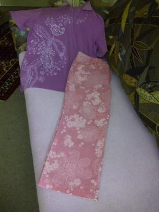 Designer Hose rosa mit weißen Druck .